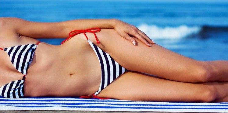 buste et jambes d'une femme en bikini