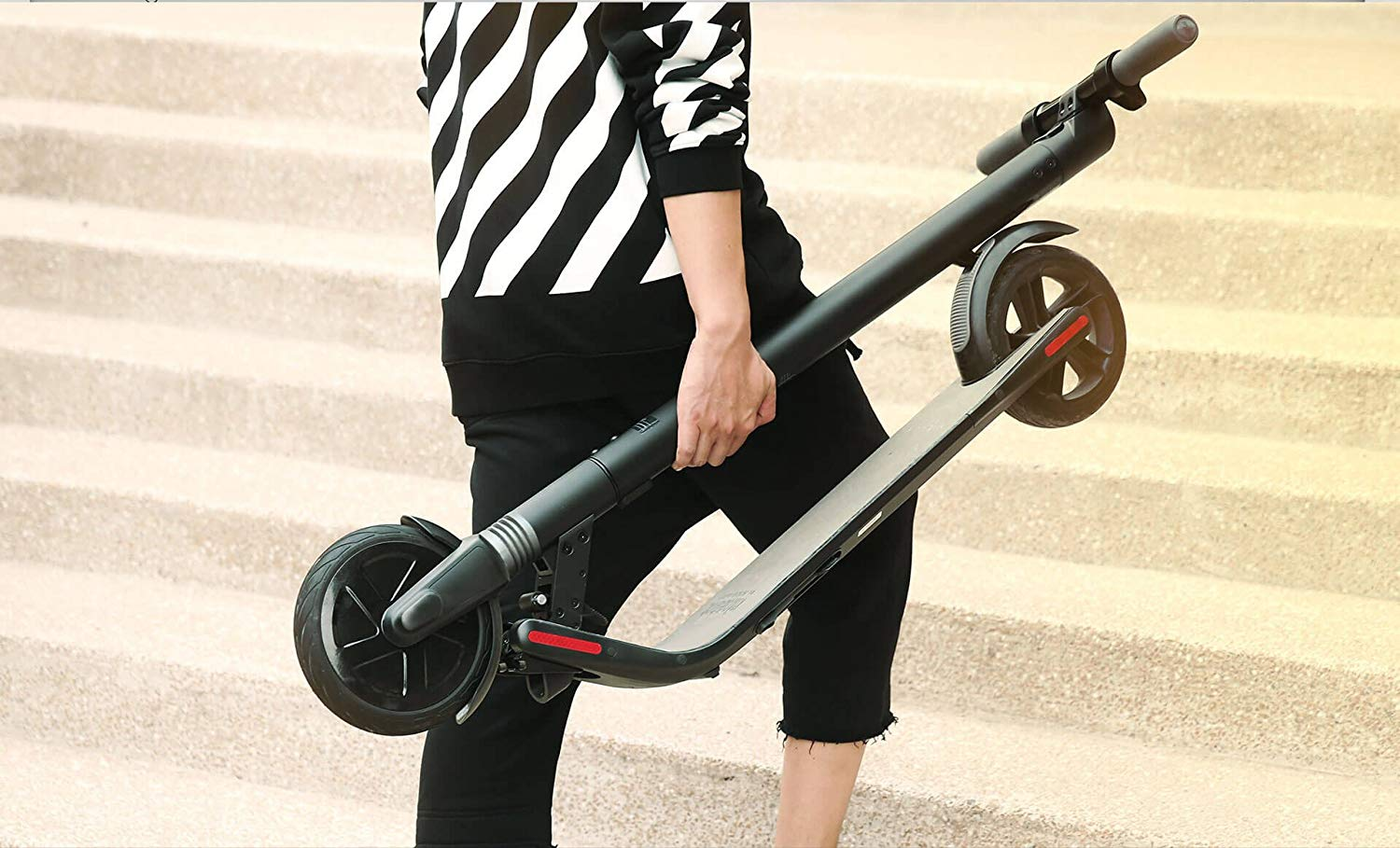 trottinette électrique Ninebot ES1 by Segway transportée à la main
