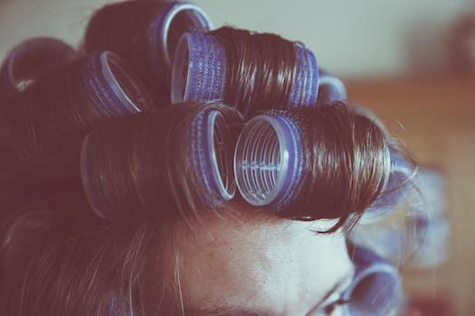 Vue rapprochée de bigoudis sur des cheveux