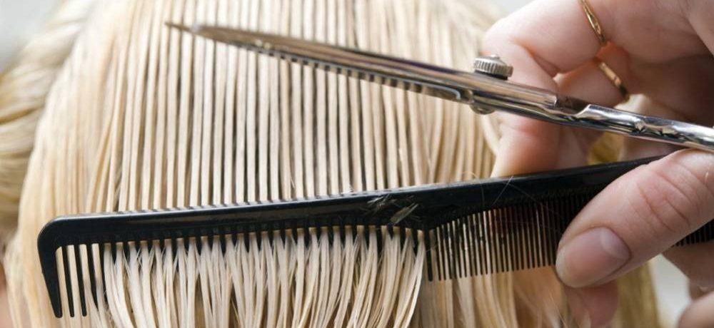 Vue rapprochée de cheveux coupés par un coiffeur