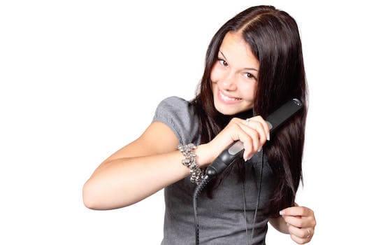 jeune femme utilisant un mini fer à lisser